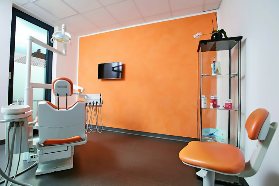 """Insgesamt acht Wände in den Behandlungsräumen der Zahnarztpraxis Ioana erhielten mit der Spachtelmasse """"Sigmulto Stucco Matt"""" eine neue Gestaltung in acht verschiedenen Farbtönen, die der Farbe der Behandlungsstühle angepasst wurden. Fotos: PPG Coatings Deutschland GmbH"""